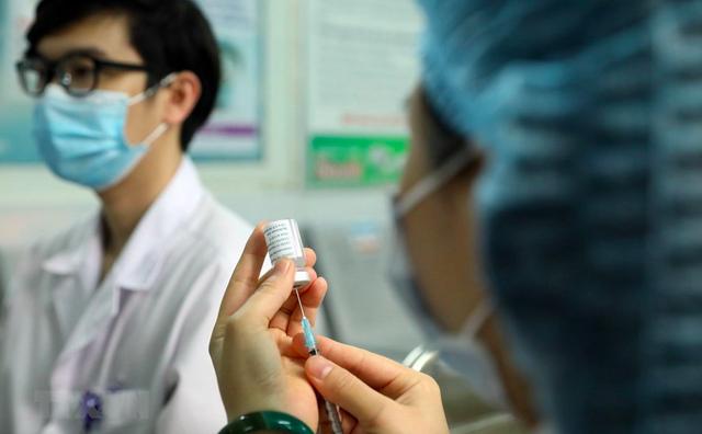 Hoả tốc: Bộ Y tế yêu cầu 63 tỉnh/thành rà soát khẩn đối tượng ưu tiên, miễn phí tiêm vaccine COVID-19 - Ảnh 2.