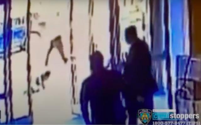 Bị sa thải sau khi đứng nhìn vụ hành hung phụ nữ gốc Á ở New York - Ảnh 2.