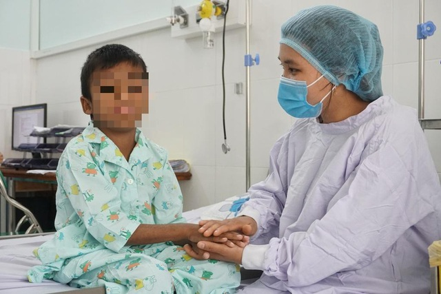 Bé trai 9 tuổi được cứu sống nhờ quả thận của người cha  - Ảnh 2.