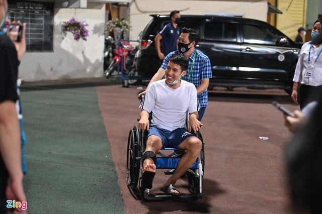 Hùng Dũng ngồi xe lăn đến cổ vũ đồng đội đấu Viettel - Ảnh 1.