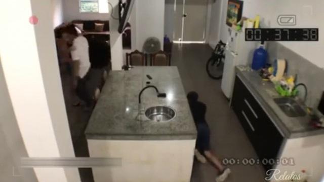 Dẫn gã đàn ông khác đến nhà tình tứ thì chồng đi làm về, vợ tung chiêu giúp nhân tình tẩu thoát, chẳng ngờ bị camera vạch mặt - Ảnh 8.