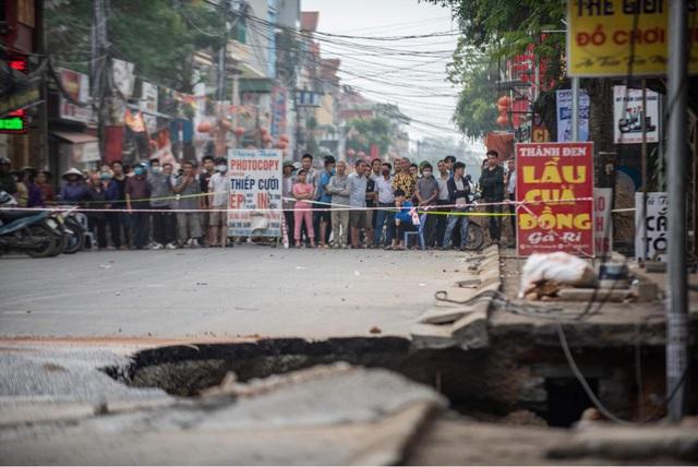 """Hiện trường """"hố tử thần"""" khiến 20 họ dân phải sơ tán ở Hà Nội - Ảnh 2."""