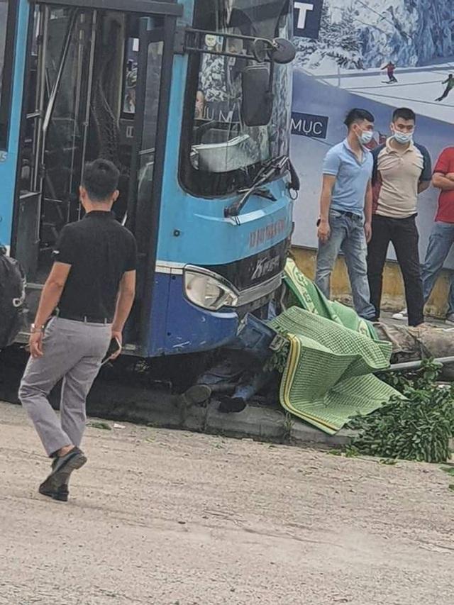 Nhân chứng kể lại vụ xe buýt lao lên vỉa hè, tông chết người đi bộ ở Hà Nội - Ảnh 3.