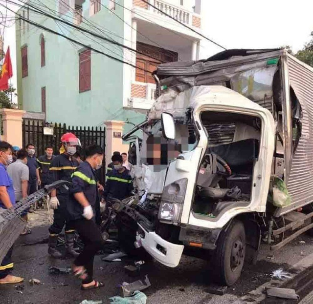 Xe tải đâm đuôi xe khách, 2 người tử vong - Ảnh 2.