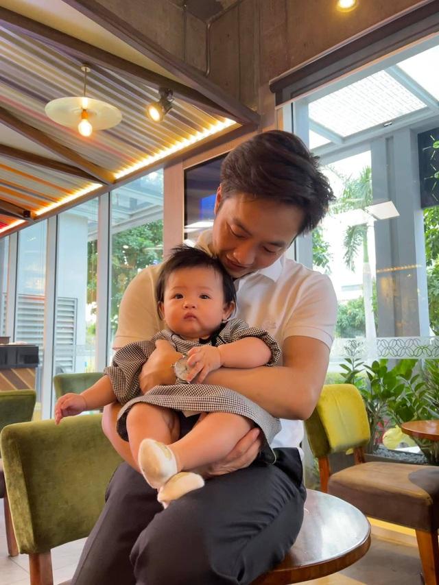 Cuộc sống bỉm sữa của Cường Đô La và Đàm Thu Trang: Từ tay chơi siêu xe có tiếng đến ông bố quần đùi, áo phông chăm con thay vợ - Ảnh 4.
