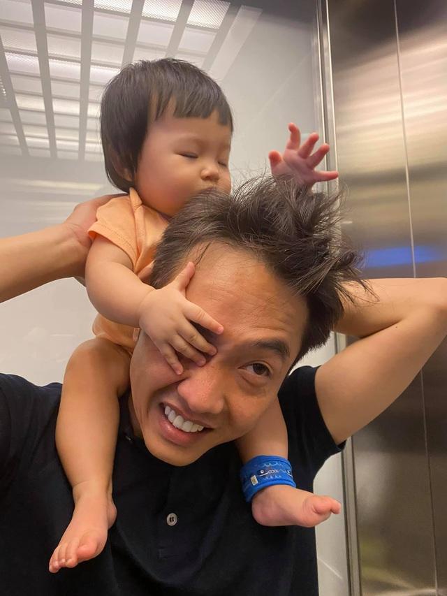 Cuộc sống bỉm sữa của Cường Đô La và Đàm Thu Trang: Từ tay chơi siêu xe có tiếng đến ông bố quần đùi, áo phông chăm con thay vợ - Ảnh 5.