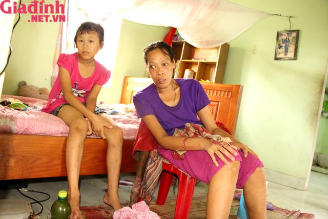 Nỗi đau và mong ước cháy bỏng người mẹ nghèo khuyết tật bị bệnh tật bủa vây nuôi con gái thiểu năng   - Ảnh 1.