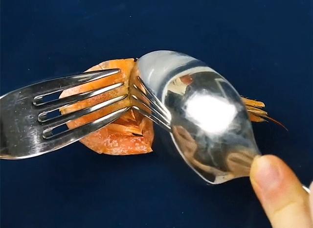 Đi ăn cỗ bóc vỏ tôm chín cách này sẽ không bị nóng hay bẩn tay mà còn được khen là khéo léo, duyên dáng - Ảnh 1.