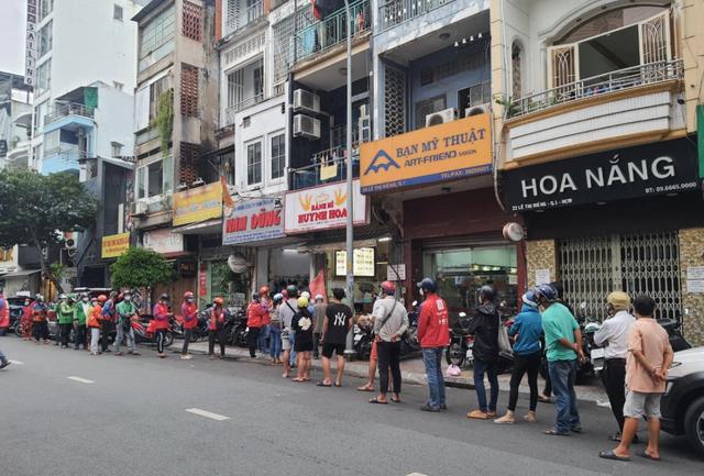 Tiệm bánh mì đắt nhất Sài Gòn đông khách ngày trở lại - Ảnh 1.