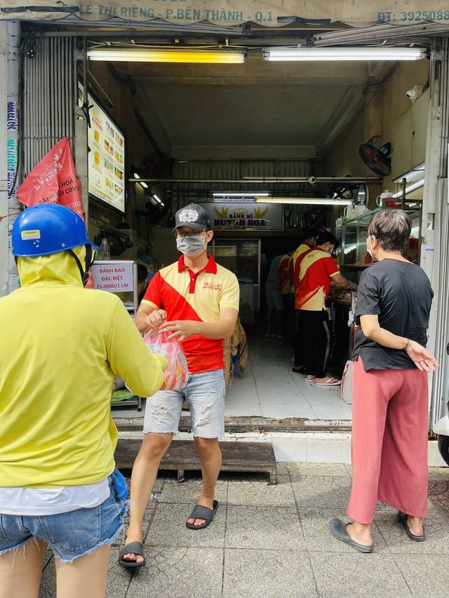 Tiệm bánh mì đắt nhất Sài Gòn đông khách ngày trở lại - Ảnh 2.