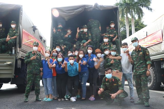 Các chiến sĩ học viên sĩ quan Lục quân 2 rời TP.HCM sau thời gian chống dịch - Ảnh 3.