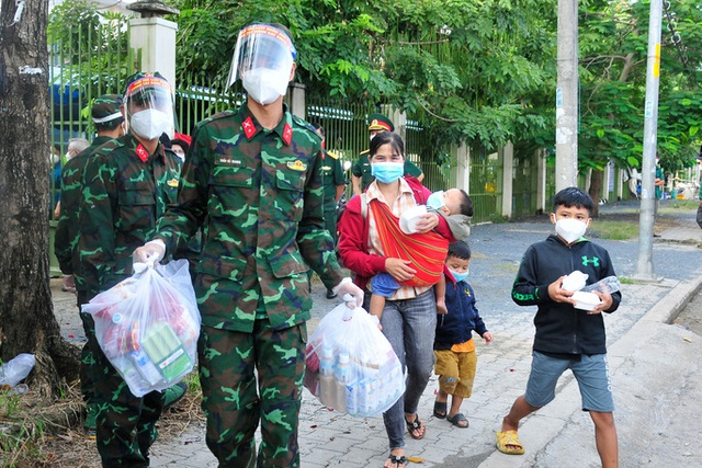 Sáng 14/10: Bất ngờ lớn của 100 người tự phát về quê khi đến TP.HCM; - Ảnh 2.