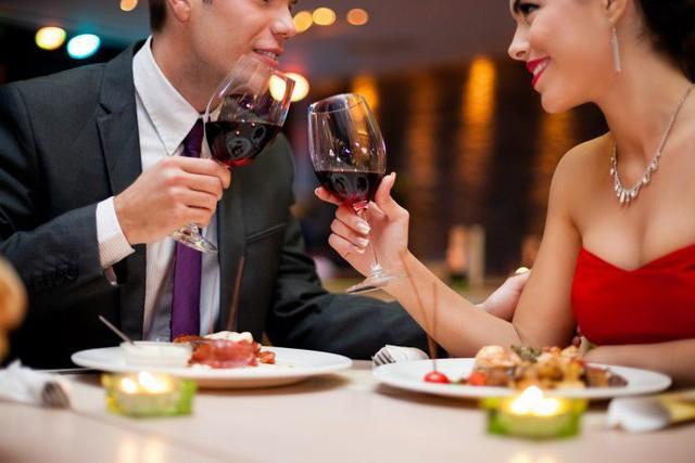 Xỉa răng ngay tại bàn ăn - điều tối kỵ khi đi ăn nhà hàng nhưng nhiều người mắc - Ảnh 1.