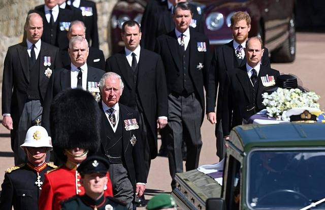 Thái tử Charles rơi nước mắt tiễn đưa cha - Ảnh 4.