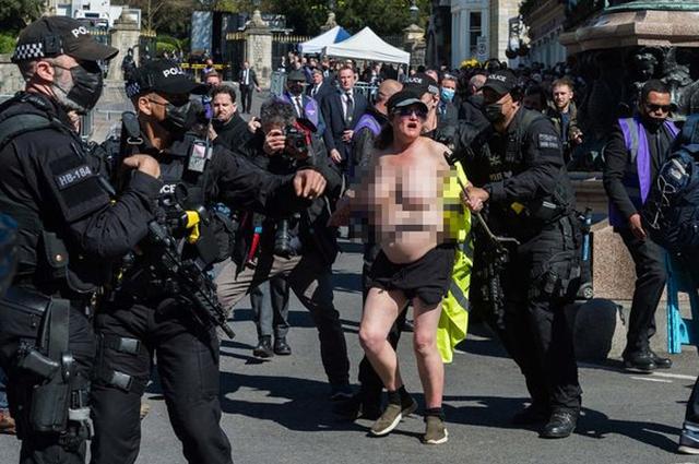 Hầu tòa vì để ngực trần chạy qua nơi tổ chức lễ tang Hoàng thân - Ảnh 2.