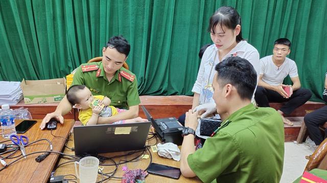 Xúc động hình ảnh các chiến sĩ công an làm việc 24/24h để hỗ trợ cấp căn cước công dân - Ảnh 4.