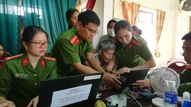 Xúc động hình ảnh các chiến sĩ công an làm việc 24/24h để hỗ trợ cấp căn cước công dân - Ảnh 5.