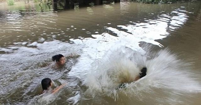 Thương tâm: Đi bơi cùng bạn, học sinh 7 chết đuối  - Ảnh 1.