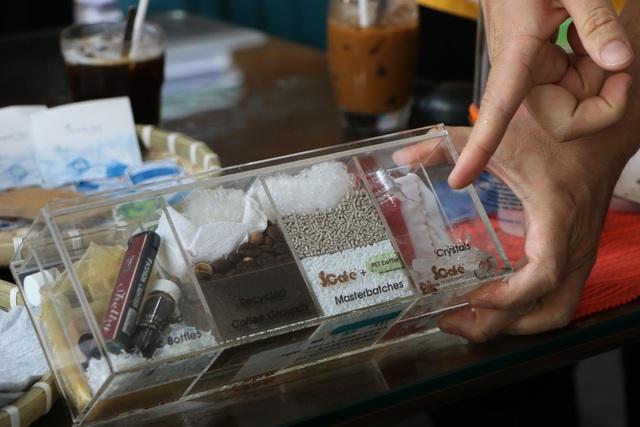 """Người trẻ Sài Gòn háo hức mang """"rác"""" đổi vớ làm từ nhựa - Ảnh 2."""