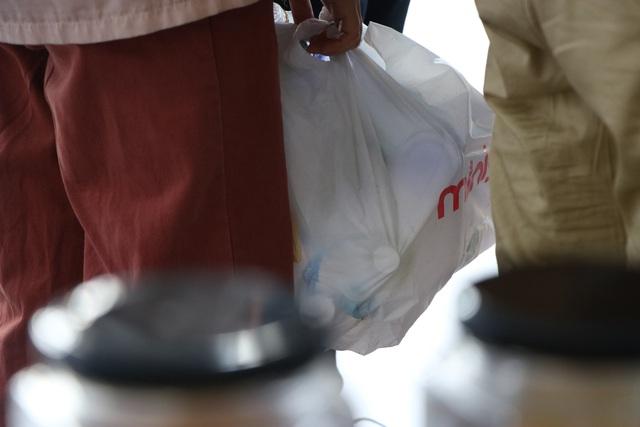 """Người trẻ Sài Gòn háo hức mang """"rác"""" đổi vớ làm từ nhựa - Ảnh 6."""