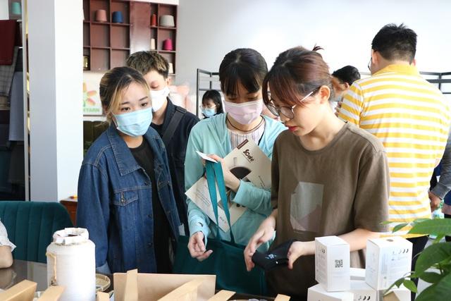 """Người trẻ Sài Gòn háo hức mang """"rác"""" đổi vớ làm từ nhựa - Ảnh 8."""