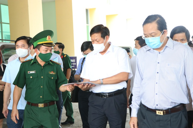Thứ trưởng Bộ Y tế Đỗ Xuân Tuyên kiểm tra phòng chống dịch COVID-19, kiểm soát biên giới tại Long An - Ảnh 2.