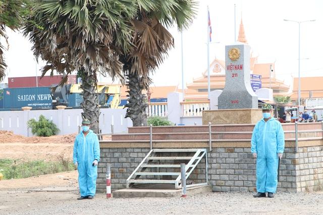 Thứ trưởng Bộ Y tế Đỗ Xuân Tuyên kiểm tra phòng chống dịch COVID-19, kiểm soát biên giới tại Long An - Ảnh 4.