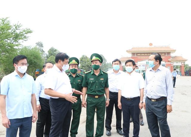 Thứ trưởng Bộ Y tế Đỗ Xuân Tuyên kiểm tra phòng chống dịch COVID-19, kiểm soát biên giới tại Long An - Ảnh 5.