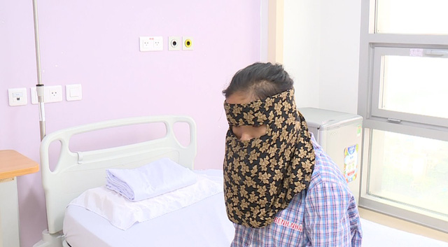 Khổ sở với khối u khủng, suốt nhiều năm cô gái trẻ phải dùng khăn che kín mặt - Ảnh 2.
