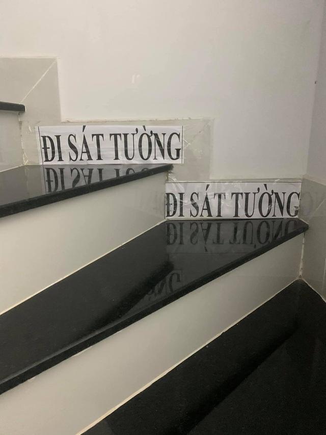 Những mảnh giấy dán trên tường, cầu thang của bà ngoại và mẹ khiến cô gái xúc động: Nội dung quá đặc biệt - Ảnh 1.