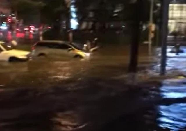 Nhìn lại trận mưa lớn đầu mùa hè được dân mạng chia sẻ - Ảnh 2.