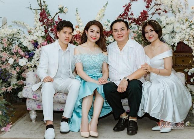 Đại tá, NSND Quốc Trượng hạnh phúc bên vợ kém 13 tuổi và hai con - Ảnh 1.