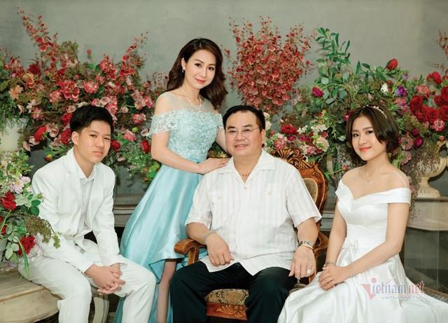 Đại tá, NSND Quốc Trượng hạnh phúc bên vợ kém 13 tuổi và hai con - Ảnh 2.