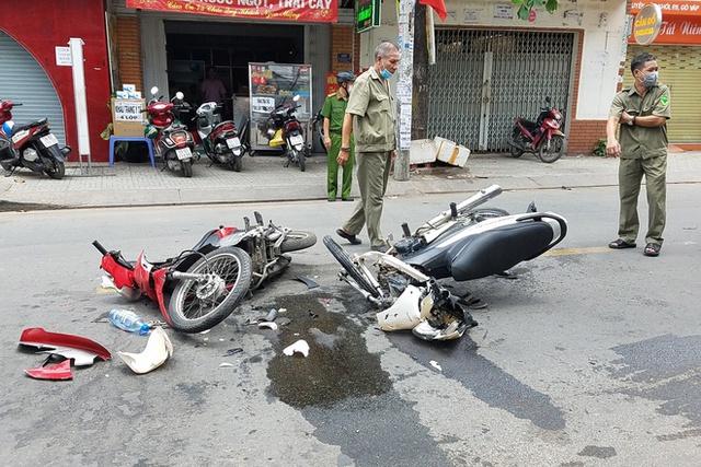 Xe máy gãy gập sau tai nạn ở TP.HCM, khách nước ngoài nguy kịch - Ảnh 1.