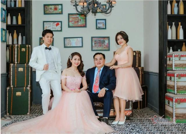 Đại tá, NSND Quốc Trượng hạnh phúc bên vợ kém 13 tuổi và hai con - Ảnh 3.
