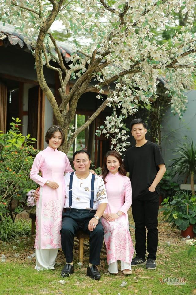 Đại tá, NSND Quốc Trượng hạnh phúc bên vợ kém 13 tuổi và hai con - Ảnh 4.