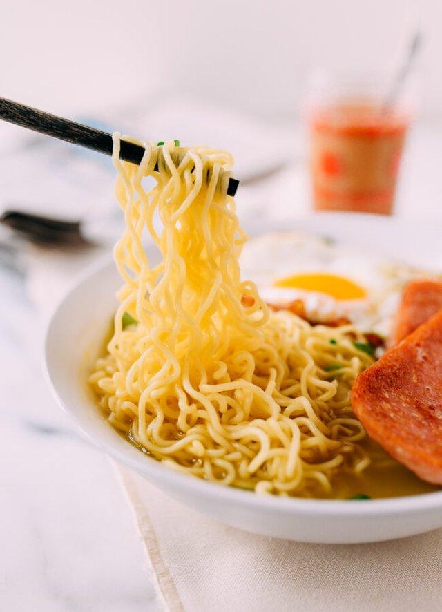 Mách bạn cách nấu mì ăn liền nâng tầm đẳng cấp kiểu Hong Kong, lúc bận hay vội làm tô mì cũng đủ ấm bụng - Ảnh 5.