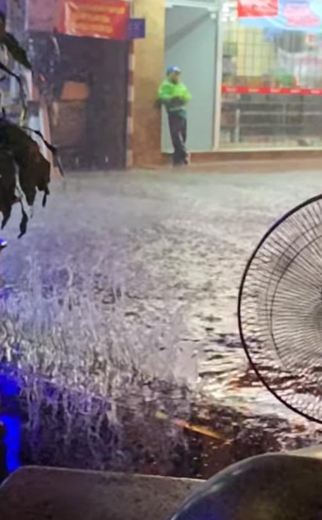 Nhìn lại trận mưa lớn đầu mùa hè được dân mạng chia sẻ - Ảnh 7.