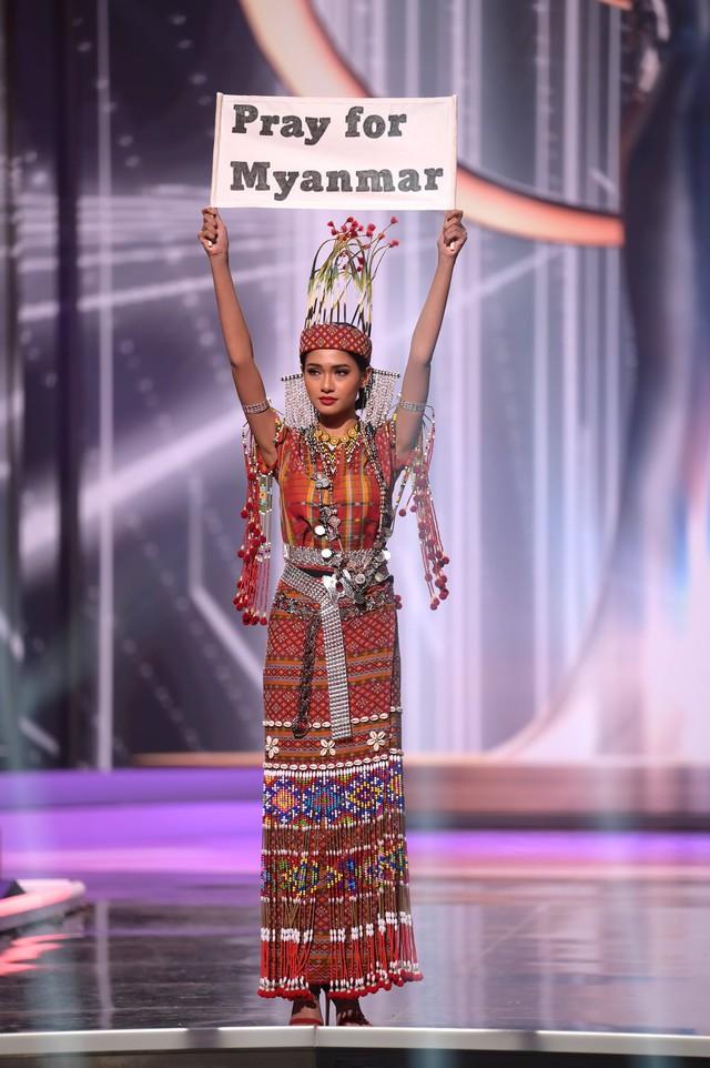 Đại diện Myanmar có hành động bất ngờ tại Miss Universe, fan lo ngại khó có cửa về nước - Ảnh 2.