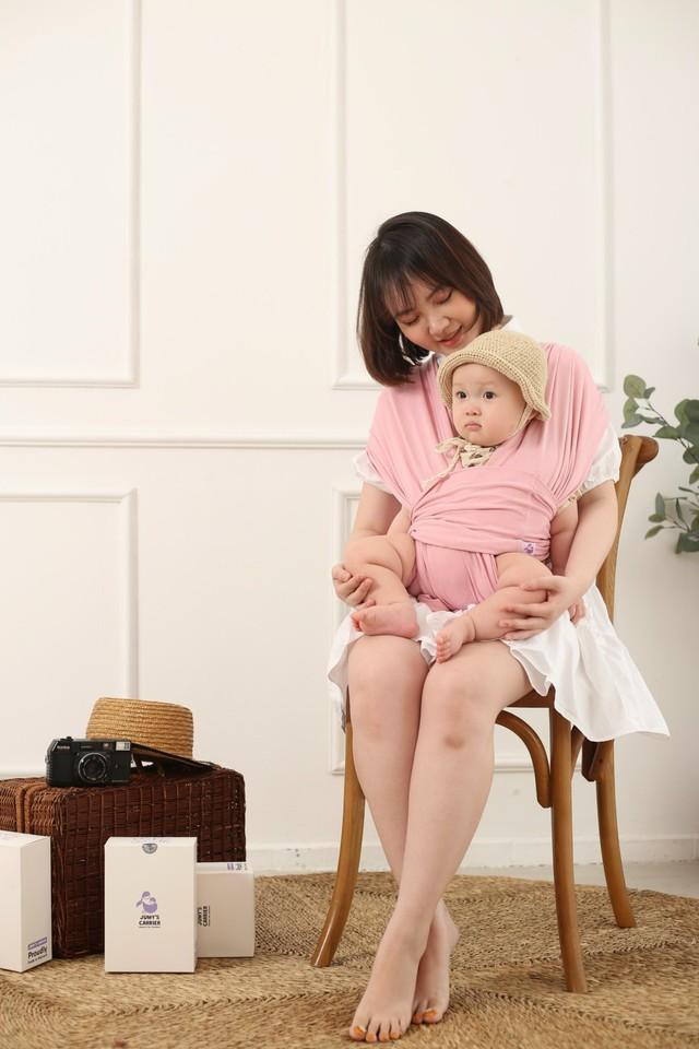 Địu vải Jumy – ôm con theo cách riêng của mẹ - Ảnh 1.
