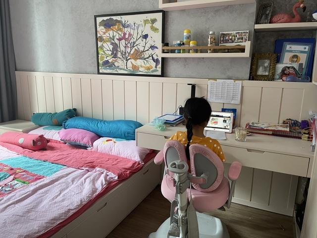 TP.HCM: Học sinh nghỉ ở nhà tránh dịch, phụ huynh đau đầu giám sát và chật vật tìm chỗ gửi con - Ảnh 3.
