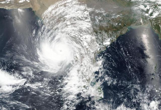 Chưa hết địa ngục trần gian COVID-19, người dân Ấn Độ lại sắp hứng chịu siêu bão mạnh nhất trong vòng 20 năm - Ảnh 2.