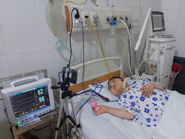 Người cha bỏ nhà xuống bệnh viện chạy xe ôm để chăm sóc con gái 4 năm nằm liệt - Ảnh 2.