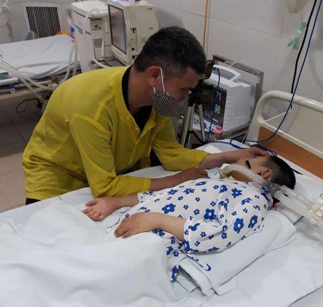 Người cha bỏ nhà xuống bệnh viện chạy xe ôm để chăm sóc con gái 4 năm nằm liệt - Ảnh 3.