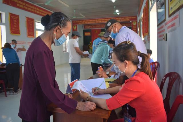 Ngư dân Quảng Bình gác việc ra khơi để đi bầu cử - Ảnh 2.