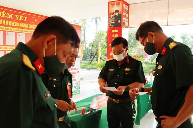 787 cử tri đặc biệt ở Thừa Thiên Huế được bầu cử ngay tại cửa phòng cách ly - Ảnh 8.