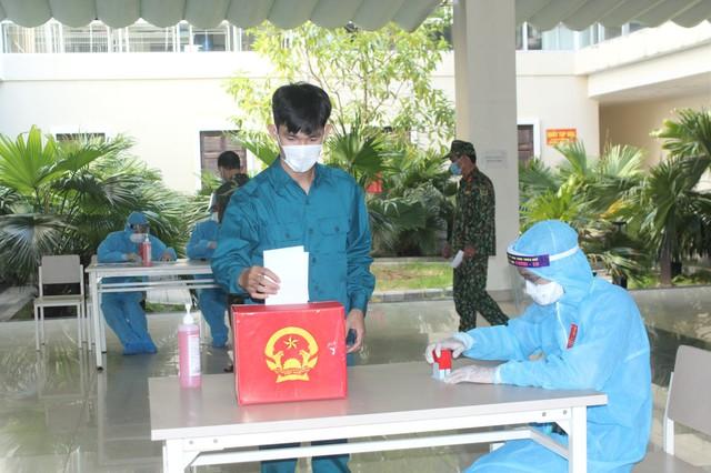 787 cử tri đặc biệt ở Thừa Thiên Huế được bầu cử ngay tại cửa phòng cách ly - Ảnh 4.