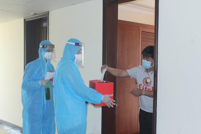 787 cử tri đặc biệt ở Thừa Thiên Huế được bầu cử ngay tại cửa phòng cách ly - Ảnh 3.