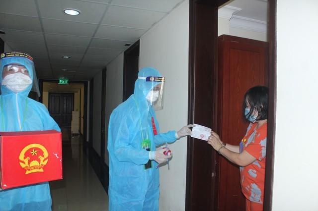 787 cử tri đặc biệt ở Thừa Thiên Huế được bầu cử ngay tại cửa phòng cách ly - Ảnh 2.