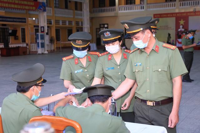 787 cử tri đặc biệt ở Thừa Thiên Huế được bầu cử ngay tại cửa phòng cách ly - Ảnh 5.